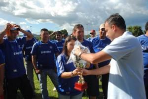 Alcalde Gustavo Muñiz haciendo entrega de donativos deportivos.