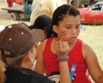 Las niñas pintaron sus caritas en la actividad