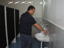 Alcalde Gustavo Muñiz inspecciona el buen estado de los baños