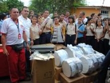 Estudiantes  y el alcalde junto  a los nuevos instrumentos musicales entregados.
