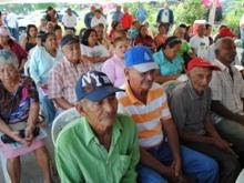 Los adultos mayores asisten al registro de la Gran Misión en Amor Mayor Venezuela.
