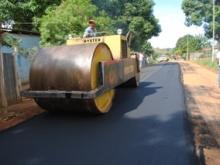 Se aplican  más 300 toneladas en la calle principal del sector II de Los Chorros.
