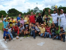 Alcalde Gustavo Muñiz, en Estadio Tari Tari, junto a atletas de El Manteco.