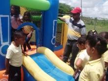 Los niños y niñas participaron en los juegos inflables