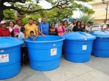 Familias reciben tanques de almacenamiento de agua potable