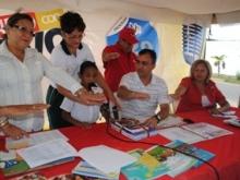Aarón Verdes  alumno de la UEN Coviaguard  ofreció una oración para bautizar  los libros.