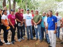 Productores agrícolas junto al Alcalde Gustavo Muñiz.