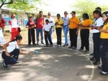 Estudiantes y docentes junto al Alcalde en el Encuentro de Juegos Tradicionales.