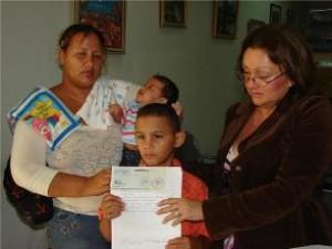 La doctora Elsy de Muñiz, entregó ayudas a familias de Upata