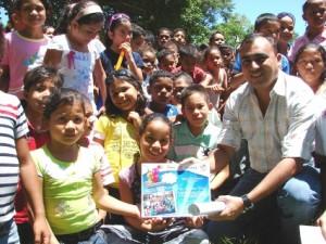 El alcalde Gustavo Muñiz, compartió con los niños de El Pao.