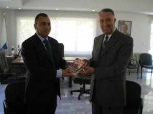 El alcalde Joseph Maarrawi; recibió un libro sobre la vida del Presidente Chávez, de manos del alcalde Muñiz