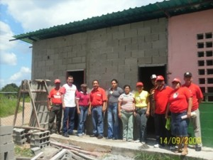 El alcalde Muñiz inspeccionó la construcción de las salas de baño de la escuela La Montaña.