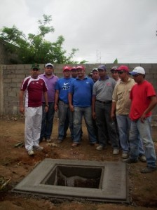 Gustavo Muñiz con trabajadores de la comunidad
