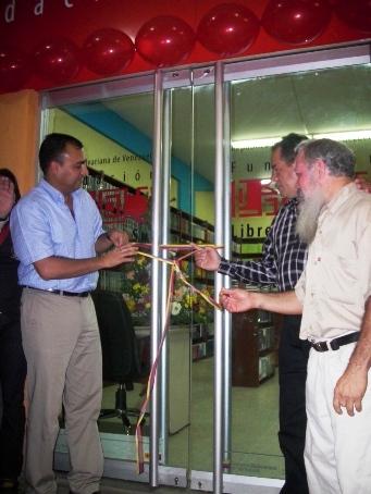 El alcalde Gustavo Muñiz junto al presidente de la Fundación Pedro Pérez y el presidente del Instituto Municipal de Cultura  inaugurando la Librería del Sur