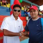 """El alcalde Muñiz, saluda al jugador José """"Upata"""" Díaz."""