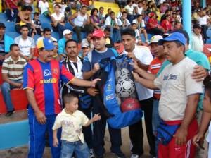 Alcalde Muñiz donó balones al comité organizador del evento futbolístico.