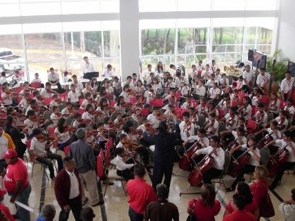 La Orquesta Sinfónica juvenil e Infantil de Upata regaló concierto al Gobernador Francisco Rangel Gómez.