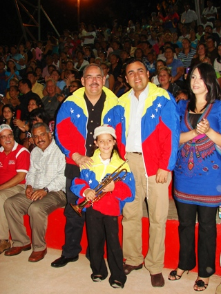 Rangel Gómez, Muñiz y Zulny Bonalde, comparten con una niña.