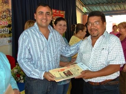 El alcalde Gustavo Muñiz entrega Credencial de Titularidad al docente Neice González de Piar