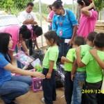 Los niños recibieron juguetes en sus escuelas.