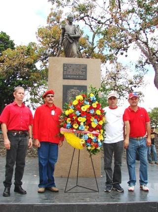 Entrega de ofrendas florales al Padre de la Patria Simón Bolívar
