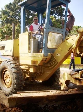 El alcalde Muñiz reacondiciona as calles que serán asfaltadas