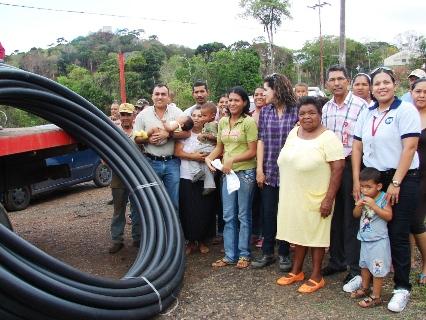 Alcalde Muñiz entregó materiales para acueducto