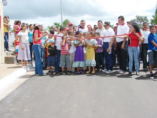El alcalde del municipio Piar, Gustavo Muñiz, inauguró el asfaltado de las calles del sector Sabanetica donde fueron invertidos 300 mil bolívares.