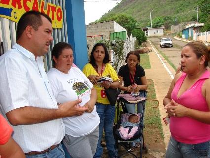 El director General Arsenio González informó a la comunidad el inicio del asfaltado en el sector.