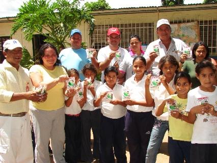 Los niños de la Escuela Francisco de Miranda de El Guamito disfrutaron de la primera producción de la Planta Láctea.