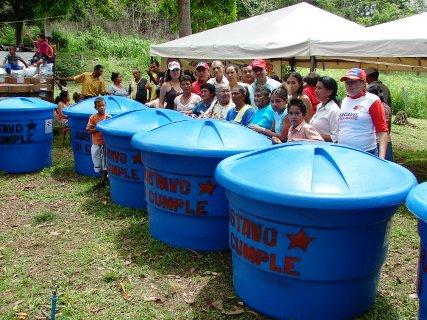 12 tanques para agua potable entrego el alcalde Gustavo Muñiz.