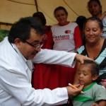El doctor Andrés Aguilera atendió a niños y adultos el sector