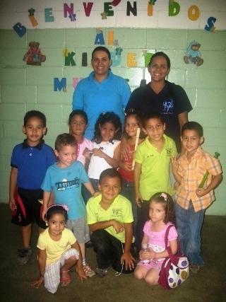 Docentes Yuliver Devera y Zujoma Villarroel junto a los pequeños músicos del Kinder