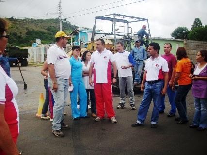 El alcalde Gustavo Muñiz inspecciona asfaltado