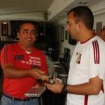 El Periodista Ibsan Peña recibe un reconocimiento y obsequio por parte del alcalde Gustavo Muñiz.