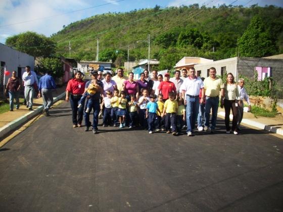 El alcalde Gustavo Muñiz inauguró asfaltado junto a los niños del preescolar y vecinos