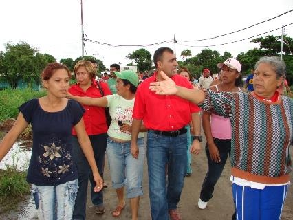 El alcalde Gustavo Muñiz recorrió los sectores inundados.