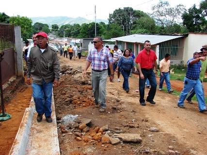 Alcalde Muñiz hizo recorrido de las calles de Pedregal junto a los vecinos del sector