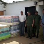El alcalde Gustavo Muñiz entregando las colchonetas a la GNB.