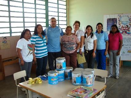 El alcalde Gustavo Muñiz con los docentes de la UEB Santa María al entregar la pintura para las aulas de Preescolar.
