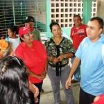 El alcalde Gustavo Muñiz conversando con docentes y representantes.