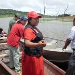 La Ministra con su personal aborda una curiara para trasladarse a la Comunidad Indígena El Plomo