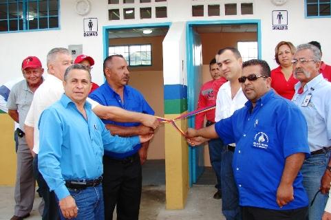 Alcalde Muñiz y trabajadores del terminal inauguran Sanitarios del Terminal