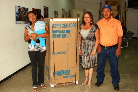 Doctora Elsy de Muñiz entregó línea blanca a familia de escasos recursos del sector Banco Obrero