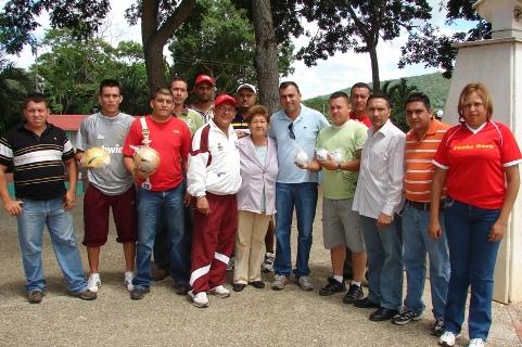 Alcalde Muñiz entregó material y uniforme deportivo