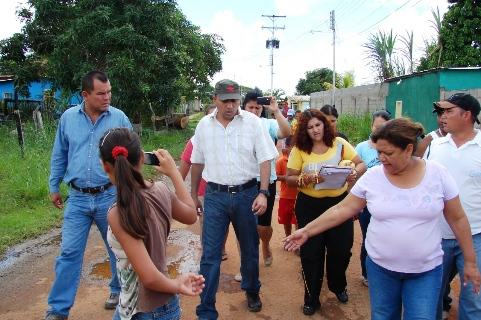 El alcalde Gustavo Muñiz camino con los vecinos.