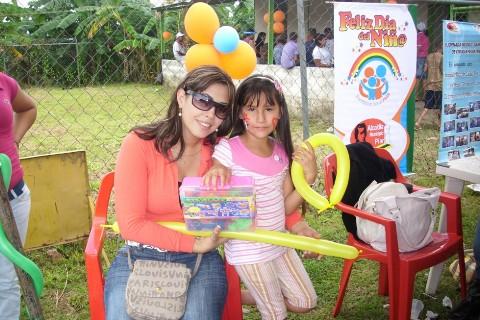 Zulny Bonalde de Muñiz hizo entrega de juguetes.