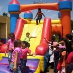 Los niños disfrutaron de los juegos inflables.