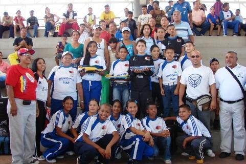 El alcalde Gustavo Muñiz  entregó a los atletas que representan a Piar en Trujillo de  la bandera Nacional, Regional y la Bandera del Deporte.