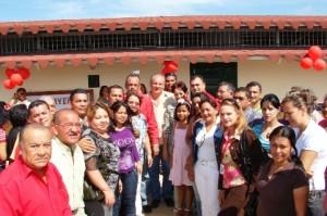 El alcalde Gustavo Muñiz y la Comunidad inaugurando las nuevas aulas.